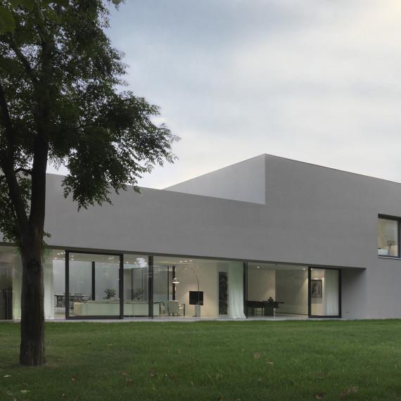 11MONTAGGIO LIVELLI 1 cornice tetto chiara cielo grigio 1920
